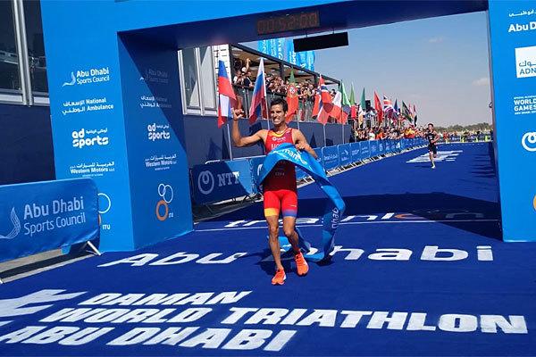 Mola, vencedor en la meta de Abu Dhabi.