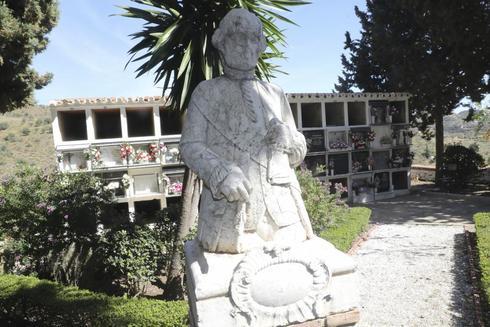 La estatua de Bernardo Gálvez, histórico vecino del pueblo y héroe de la independencia americana.