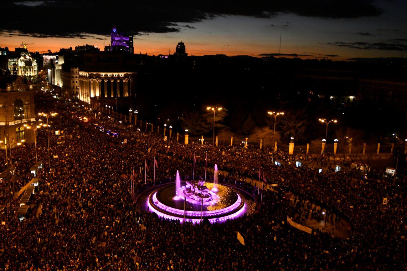 Más de 350.000 personas han asistido a la manifestación central de Madrid del 8 de Marzo, según datos de la Policía Nacional facilitados por una portavoz de la Delegación del Gobierno en Madrid.  El año pasado el mismo equipo de la Policía Nacional cifró la asistencia en 170.000 personas, por lo que se ha más que duplicado la cifra de participantes.