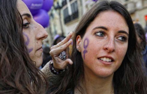Dos jóvenes con la cara pintada en Barcelona.
