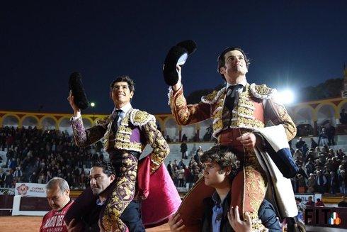 Luis David Adame y José Garrido salieron ayer a hombros de la plaza de toros de Olivenza.