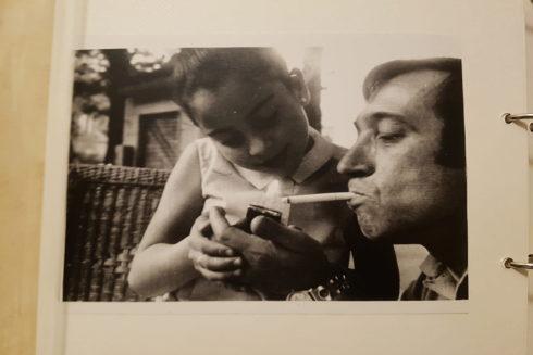 Carmen, con siete años, junto a su padre, en el Retiro de Madrid.