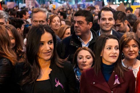 Begoña Villacís e Inés Arrimadas, de Ciudadanos, en la manifestación con motivo del 8 de marzo en Madrid.