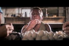 Paul Newman, durante la mítica escena del atracón de huevos duros en 'La leyenda del indomable'.