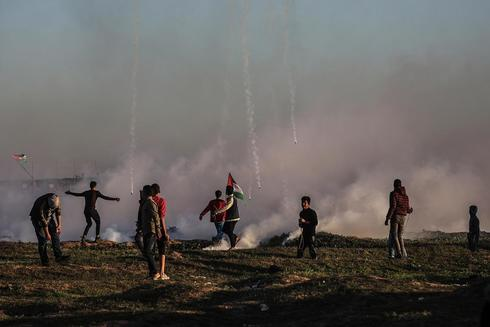 Eastern Gaza Strip (---).- Palestinian protesters during clashes after...