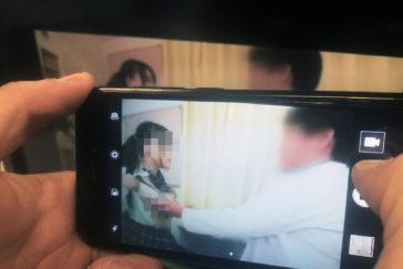 Graban con un móvil la escena de sexo de una película pornográfica en la consulta de una clínica.