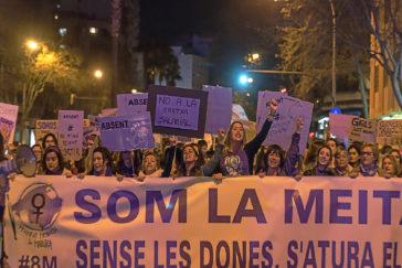 Cabecera de la manifestación celebrada ayer tarde en Palma con motivo del Día de la Mujer y que reunió a más de 20.000 personas.
