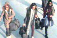 Captura del vídeo de una cámara de seguridad en la que aparecen las tres adolescentes británicas que se marcharon a Siria en 2015. Shamima Begum es primera por la derecha.