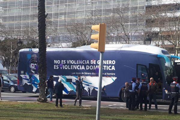 Imagen del autobús bloqueado en la Diagonal el pasado lunes