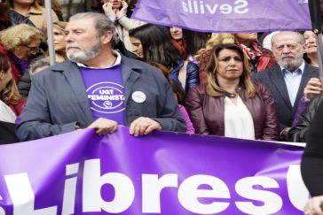 Díaz, junto al presidente del PSOE de Sevilla, a la derecha, y Juan Bautista, secretario provincial de UGT Sevilla, a la izquierda, en los actos del 8-M.