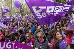 Cientos de mujeres mujeres se manifiestan por la huelga convocada para este 8 de marzo, Día Internacional de la Mujer, en Sevilla.