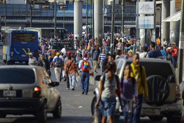 Grupos de venezolanos en el barrio de Petare en Caracas este sábado.