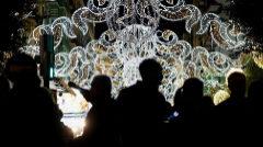 Miles de bombillas se han encendido en Valencia como primer reclamo para turistas y visitantes en el inicio de las Fallas.