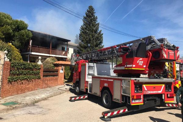 Los bomberos, en la vivienda incendiada en Pedrezuela.