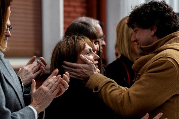 Eneko Andueza saluda a Marian, viuda de Isaías Carrasco.