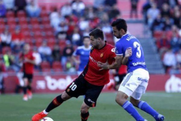 Un momento del partido entre RCD Mallorca y Oviedo.