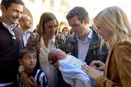 El líder del PP, Pablo Casado, sujeta un bebé durante la Convención de Familia e Igualdad del PP en Cartagena.