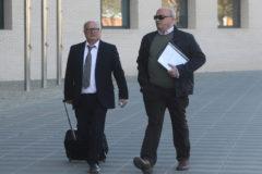 El funcionario de la Subdelegación imputado, a la derecha, entra, ayer, a la Ciudad de la Justicia con uno de sus abogados.
