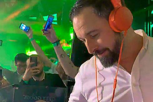 Santiago Abascal, pinchando discos en la antigua discoteca Pachá de Madrid con sus jóvenes seguidores, el viernes 1 de marzo.