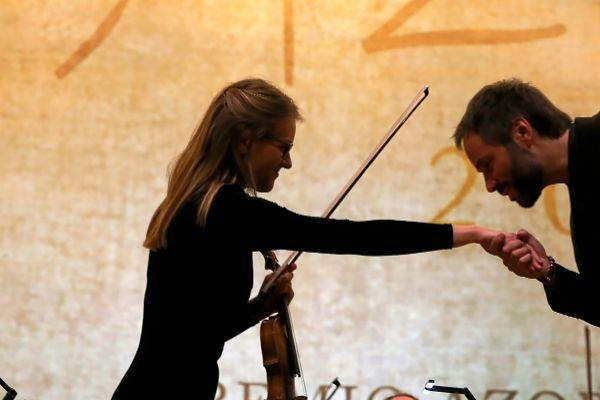 Josep Vicent junto a una de sus solistas al finalizar una de las cuatro piezas que ofrecieron por el premio Azorín de novela el pasado jueves.