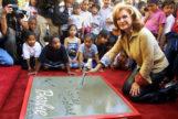 Barbara Handler Segal, Barbie, sobre quien se inspiró la muñeca rubia. Fue la encargada de dejar sus huellas en el Paseo de la Fama, en 2002.