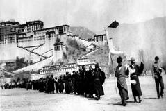 (Eingeschränkte Rechte für bestimmte redaktionelle Kunden in Deutschland. Limited rights for specific editorial clients in Germany.) China, <HIT>Tibet</HIT>: Tibetan uprising march 1959 Tibetan insurgents surrender to Chinese troops in Lhasa. In the background: the Potala Palace of the Dalai Lama , Lhasa March 1959 (Photo by ullstein bild/ullstein bild via Getty Images) Compra de <HIT>Mundo</HIT> 06.03.2019