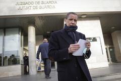Eduardo Zaplana acude al juzgado de guardia a firmar.