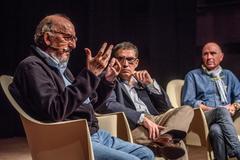 Jaume Roures, Jaume Alonso-Cuevillas y Lluis Llach, durante el coloquio en Bilbao.