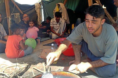 Grupo de migrantes de Pakistán, en el asentamiento de Velika Klasusa, en la frontera de Bosnia con Croacia.