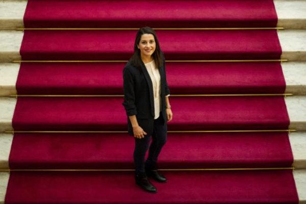 Inés Arrimadas, 'número uno' de Ciudadanos al Congreso por Barcelona en las elecciones generales, en las escaleras del Parlament.