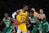 LeBron James trata de anotar ante los Celtics.