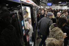 Una usuaria del Metro habla por su móvil.