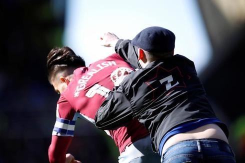 Un aficionado agrede a Grealish, capitán del Aston Villa.