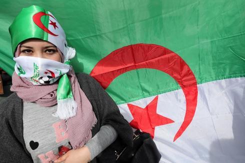 Estudiantes argelinos protestan contra Abdelaziz Buteflika.