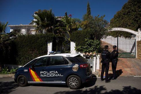 Dos policías nacionales custodian la vivienda en la que murió una mujer de 58 años.