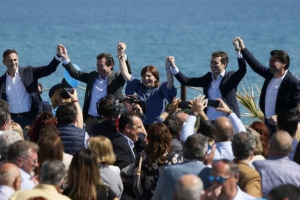 César Sánchez, José Císcar, Isabel Bonig, Pablo Casado y Luis Barcala ayer en el mitin de Alicante.