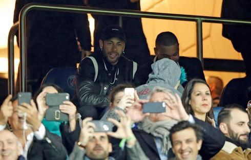 Neymar, en el palco del Parque de los Príncipes, en París.