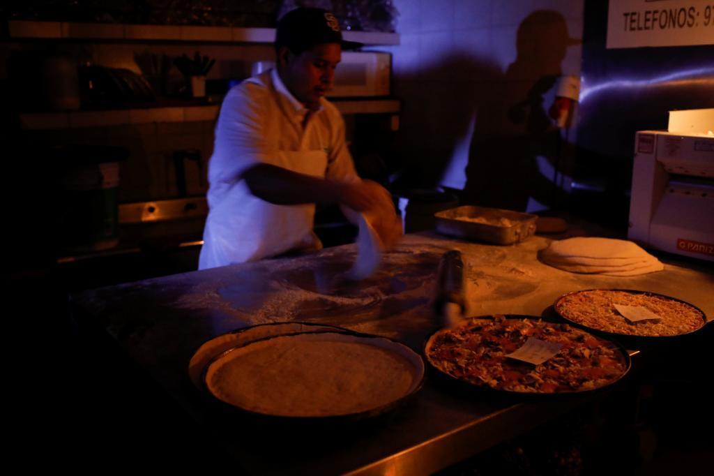 Una pizzería en Caracas trata de seguir abierta pese a no contar con luz eléctrica por culpa del apagón.