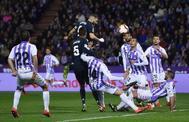 Benzema remata de cabeza, en su segundo gol en Valladolid.