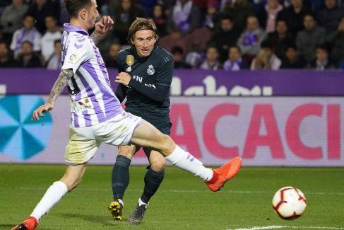 El Real Madrid sobrevive en Valladolid a su peor versión