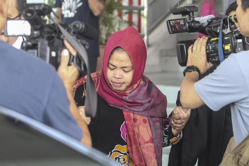 Sepang (Malaysia).- Indonesian Siti Aisyah (C) leaves the Shah Alam High Court, Shah Alam, Malaysia, 11 March 2019. Prosecutors withdraw murder charges against Indonesian suspect Siti Aisyah. (Malasia) EPA/ MALAYSIA OUT