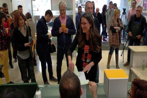 La candidata a la Generalitat de Compromís, Mónica Oltra, vota en las primarias de este fin de semana.