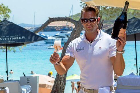 Trabajador de un 'beach club' en Cala Bassa, Ibiza.