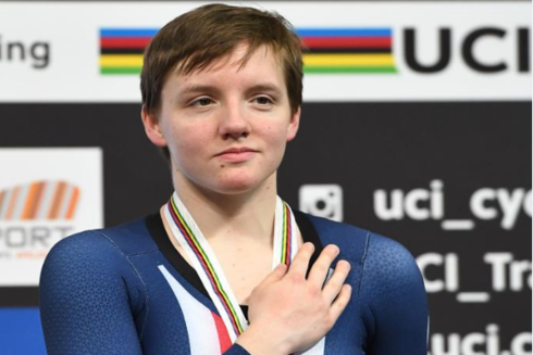 Kelly Catlin en el podio tras ganar una medalla