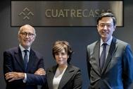 Soraya Sáenz de Santamaría, junto a Rafael Fontana (izqda.) y Jorge Badía, presidente y director general, respectivamente, de Cuatrecasas.