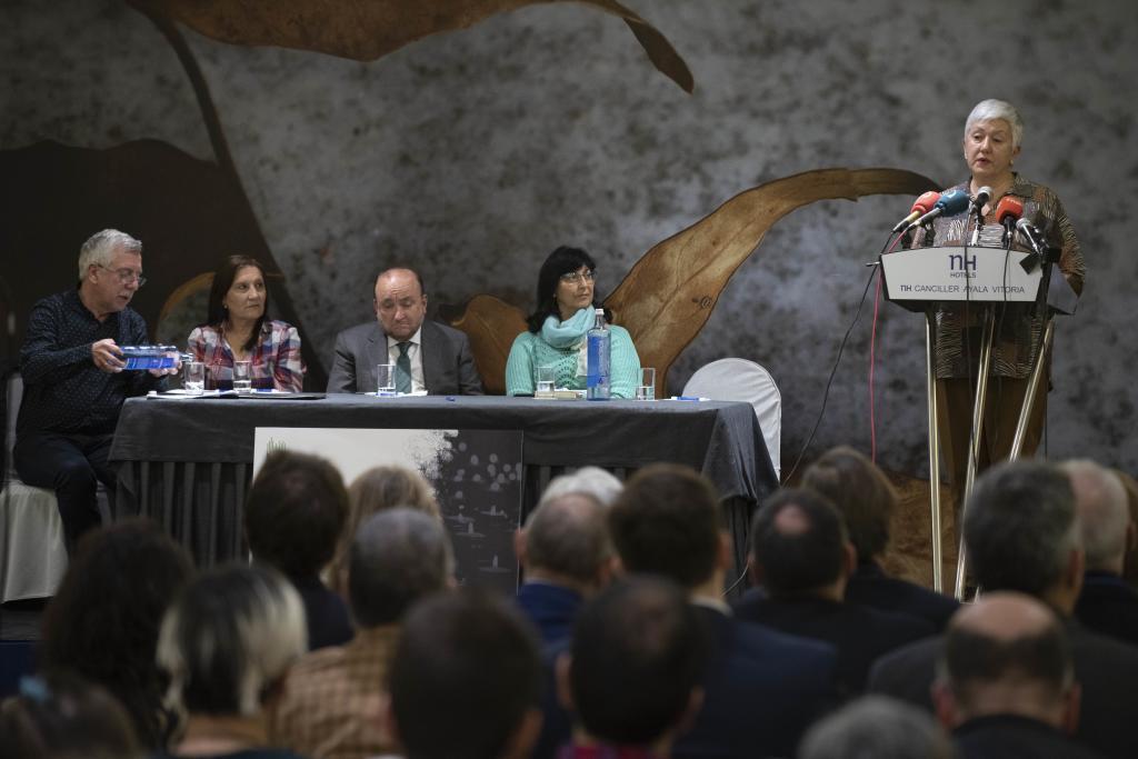 María Soledad Chavarri interviene en el acto del memorial en Vitoria.