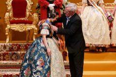 El alcalde Ribó le impone a Marina Civera la banda de Fallera Mayor de Valencia.