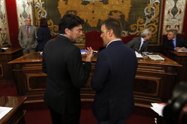 El alcalde de Alicante, Luis Barcala, y el portavoz de Compromís, Natxo Bellido, este lunes antes del pleno de presupuestos.
