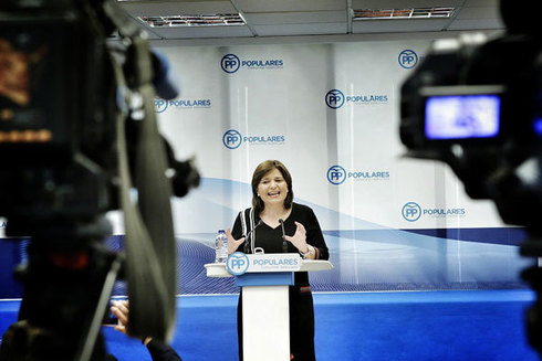 La presidenta del PP, Isabel Bonig, en la rueda de prensa.