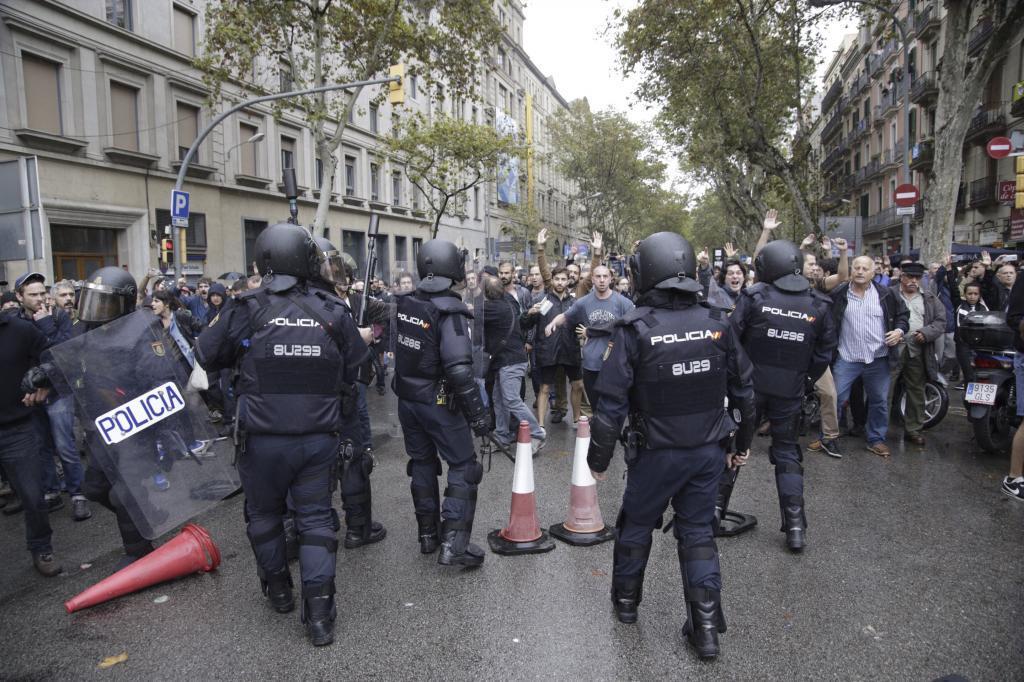Imágenes del operativo policial del 1-O en las escuelas Pías de Barcelona